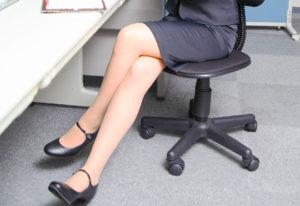 椅子に長い時間座る女性
